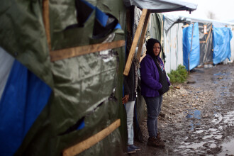 Autoritatile franceze vor sa distruga cu buldozerele corturile din Calais. Cum arata casele in care migrantii refuza sa stea