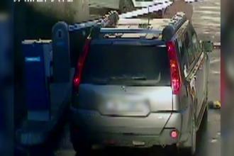 Solutia brutala a unui sofer care nu si-a mai gasit tichetul de parcare. Scena a fost surprinsa de camere