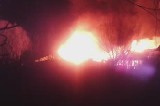 Doua pensiuni din Delta, facute scrum intr-un incendiu. Pompierii au ajuns dupa 2 ore pentru ca nu au salupe de mare viteza