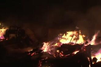 Incendiu violent la un depozit de lemne din Botosani. Flacarile, care depaseau 10 metri inaltime, amenintau doua gospodarii