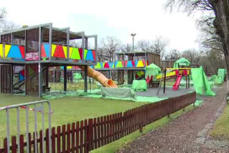 Orasul din Romania unde copiii nu au voie sa se joace in parc iarna. Motivul pentru care autoritatile au pus folie pe banci