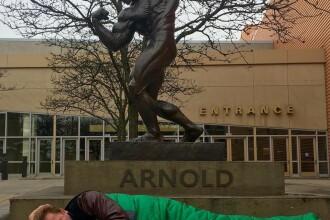 Arnold a ingenuncheat Facebook. De ce fostul guvernator al Californiei a ajuns sa doarma in strada