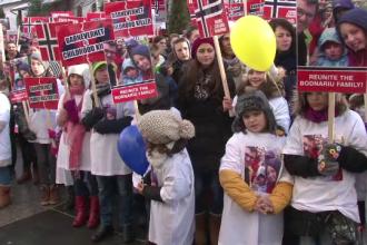 Proteste in Suceava si Arad pentru sustinerea familiei Bodnariu. Manifestant: