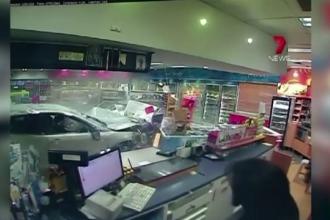 Accident ca in filme intr-o benzinarie din Australia. Momentul in care o masina pierde controlul si intra cu totul in magazin