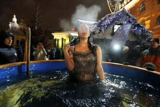 Rusii au sarbatorit Boboteaza pe rit vechi. Sute de persoane s-au scaldat la temperaturi sub zero grade