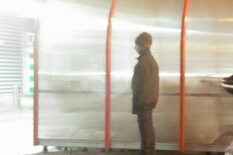 Locuieste sub un pod din Bucuresti si degera in frig. E greu sa-ti retii lacrimile cand afli cine e de fapt in imagine