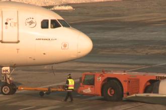 Incident straniu la bordul unui avion American Airlines. Ce a urmat dupa ce mai multi pasageri au simtit miros de ars