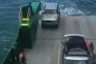 Mai multi turisti si-au pierdut bunurile, pasapoartele si cardurile bancare, dupa ce masina lor s-a scufundat in apa. VIDEO