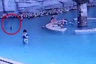 Momentul in care un copil de 4 ani moare inecat in piscina in timp ce mama lui tasteaza pe telefon la 4 m distanta de el