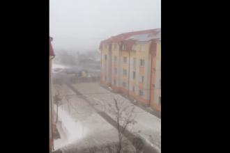 Acoperisul unui bloc cu patru etaje din Braila, dislocat de vantul puternic. VIDEO