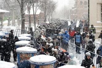 Oamenii au asteptat ore intregi la coada la Patriarhie pentru agheasma.