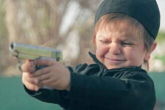 Imagini socante, facute publice de Statul Islamic. Un copil este filmat in timp ce executa un prizonier. VIDEO
