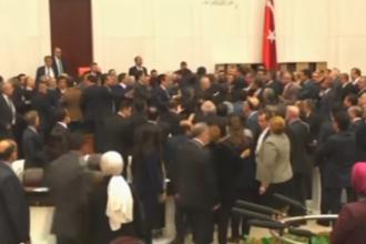 Bataie in masa in Parlamentul Turciei. Politicienii de la putere s-au batut cu cei din opozitie in timpul unei dezbateri