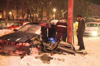 Trei tineri au ajuns la spital, dupa ce masina in care se aflau a intrat intr-un stalp. Ce ar fi provocat accidentul