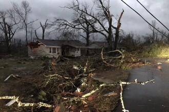Cel putin patru persoane au murit dupa ce o tornada a lovit un oras din Mississippi. Mai multe case au fost distruse. FOTO