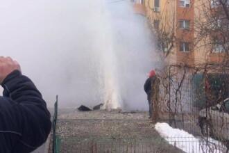 Avarie uriasa la sistemul de incalzire din Craiova. Jetul de apa a atins 10 metri, mai multe masini au fost avariate. VIDEO