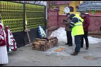 Panica mare printre membrii comunitatii de tigani din Iasi, dupa ce au gasit un sicriu in fata portii. Ce nume scria pe el