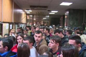 Coada de sute de persoane la serviciul de inmatriculari auto din Pitesti. De la 1 februarie, situatia se va inrautati