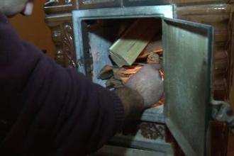 Locuitorii din Orsova cara lemne chiar si 9 etaje, fiindca nu exista sistem de termoficare.