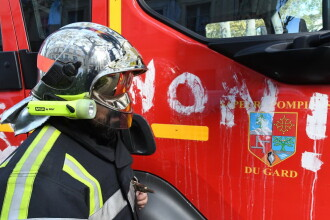 Peste o mie de maşini incendiate în noaptea de Anul Nou, în Franța. 8 polițiști au fost răniți