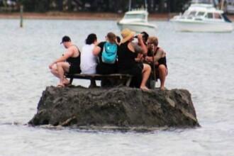 Şi-au făcut o insulă din nămol ca să poată bea în public. Reacţia poliţiei