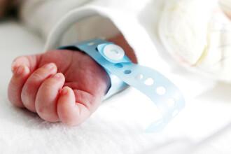 Un bebeluș a murit la trei ore după naștere. Greșeala fatală pe care medicii au făcut-o