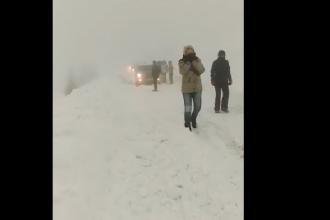 Turiştii blocaţi la o cabană din Vâlcea au putut pleca după ce drumul a fost deszăpezit