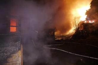 Incendiu puternic la Curtea de Argeş. Zece persoane au rămas fără locuință