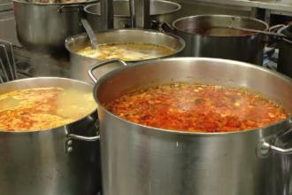 Românii aruncă tone de mâncare după sărbători. Metodele prin care alimentele pot fi refolosite