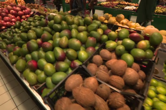 Fructele exotice au întrecut carnea de porc în alimentaţia romanilor. Mâncăm pâine şi cartofi mult mai rar
