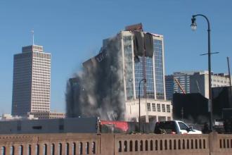 Implozie spectaculoasă în SUA. Turn, distrus cu 270 de kilograme de explozibil