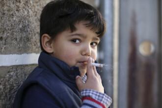 Tradiție bizară de Epifanie. Satul unde copiii sunt încurajați de părinți să fumeze
