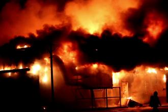 Incendiu violent într-un bloc din Vulcan. 10 persoane au fost duse la spital