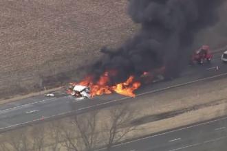 Trei camioane au fost mistuite de flăcări, în urma unui grav accident. Autoritățile au evacuat de urgență zona