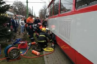 Elevă prinsă sub tramvai, la Arad. Se juca pe telefon în timp ce traversa