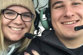 Metoda originală prin care un student la aviație și-a cerut iubita de soție