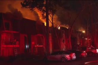 O femeie pompier a salvat un bebeluș aruncat de la etajul 3 al unui apartament în flăcări