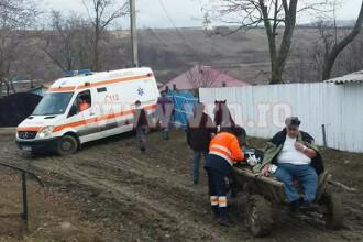 Pacient transportat cu căruța, în Vaslui, după ce ambulanța a rămas împotmolită în noroi