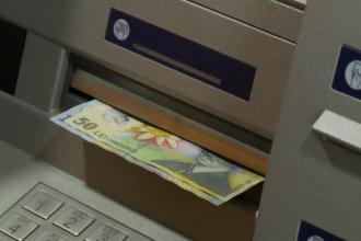 Românii care își țin banii la bancă pierd din sumele depuse din cauza comisioanelor