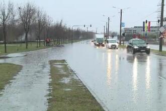 Străzi acoperite de șuvoaie, în Vestul țării, după o ploaie de câteva ore