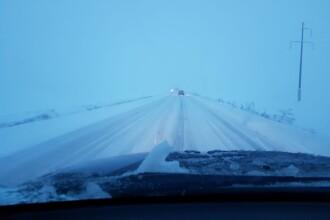 Drumuri închise din cauza viscolului puternic. Ninge abundent în mai multe județe