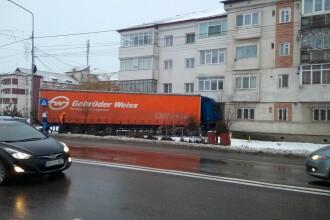 Un şofer a intrat cu TIR-ul într-un bloc din Adjud, după ce a derapat pe zăpadă
