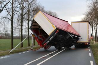 Oameni şi maşini luate de vânt, în Olanda. Vântul ajunge la 140 km/h. VIDEO