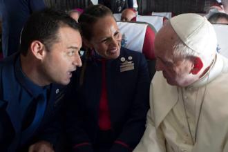 Papa Francisc a oficializat nunta a doi însoțitori de zbor, la bordul unei aeronave