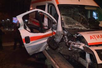 Ambulanță aflată în misiune, spulberată de un autoturism, în centrul Capitalei. Asistenta și șoferul, răniți