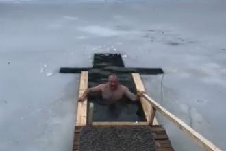 """Igor Dodon s-a filmat la scăldat în apa rece, de Bobotează. """"Respect această tradiţie de ani de zile"""""""
