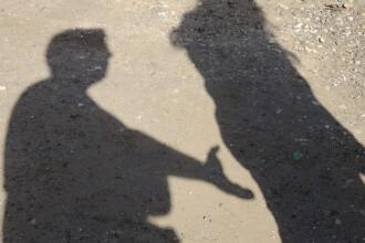 Doi minori de 13 ani, agresaţi sexual de un individ pe care l-au cunoscut pe internet. Ce le-a spus