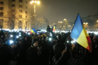 Momentul în care protestatarii aprind lanternele în fața Parlamentului