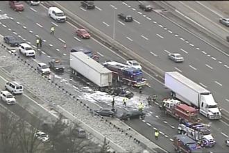 Accident în lanț, cu 13 mașini în SUA. Un TIR a luat foc după impact