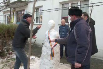 """Statuie din zăpadă cu Alexandru Ioan Cuza, făcută de câțiva pensionari: """"Eminescu a fost baza"""""""